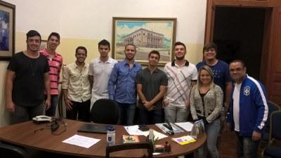 Diretor da Faculdade se reúne com alunos em célula de oração