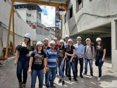 Alunos de Engenharia Civil fazem visita técnica em construtora